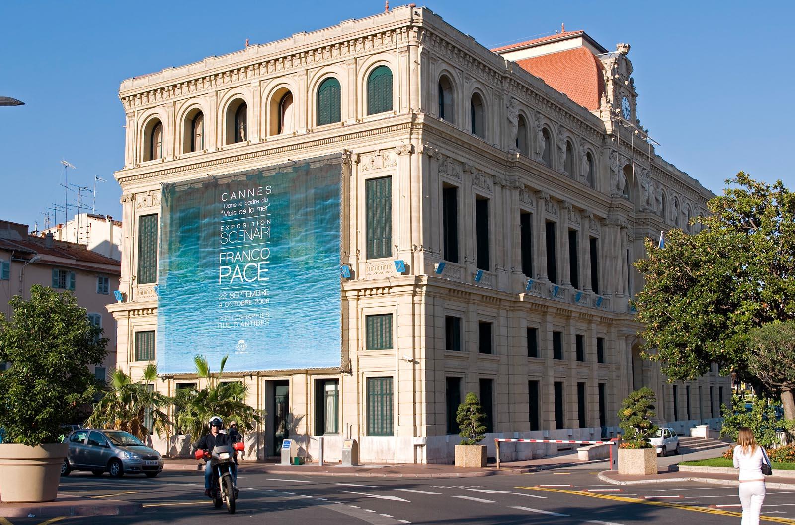 Manifesto della Mostra sulla facciata del Municipio di Cannes